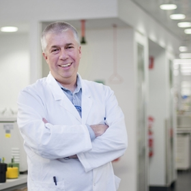 Professor Stephen Nutt in the lab