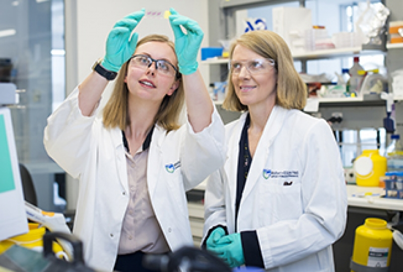 Dr Olga Kondrashova and Professor Clare Scott in the laboratory