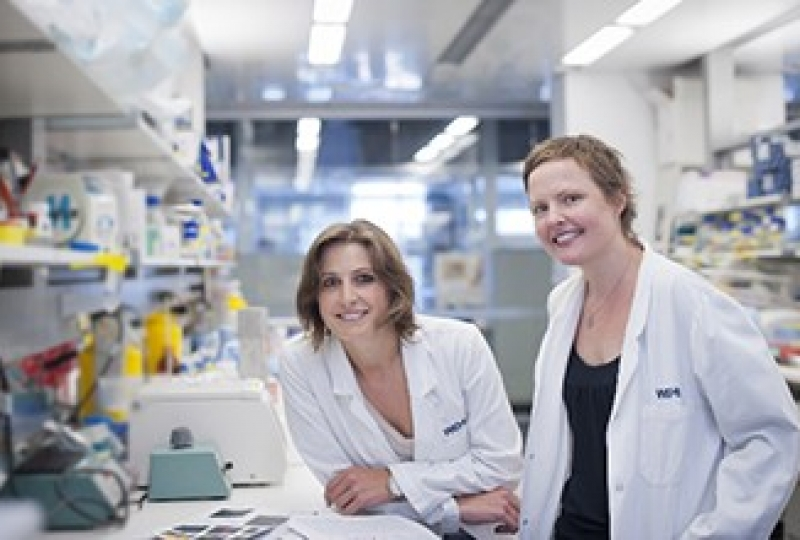Lucie Ranking and Dr Joanna Groom in a laboratory